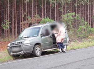 Une-petite-pause-sexe-sur-le-bord-de-la-route